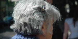 seniorin mit haarspange